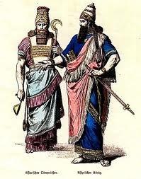 Vestimenta de un sacerdote y el rey Asirio