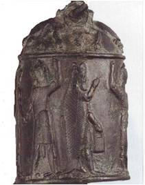 Campana de bronce con relieve personaje con bolso