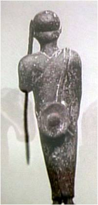 Escultura de un personaje portando un pouch a la espalda